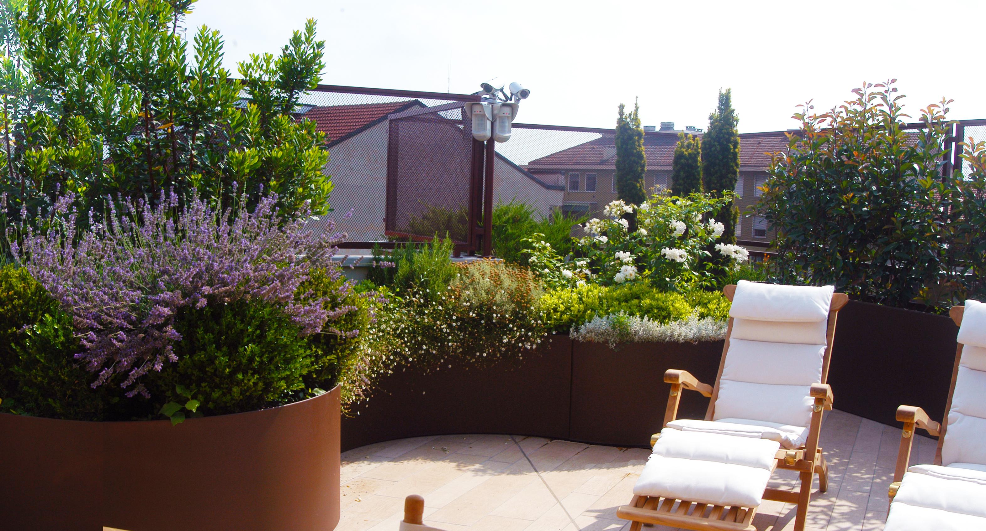 Terrazzo milanese ordinato ed efficiente diletta villa for Piante per terrazzi